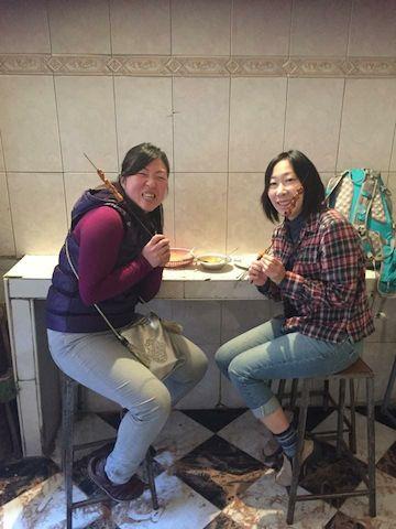 モロッコマラケシュのメディナで串焼きを食べる
