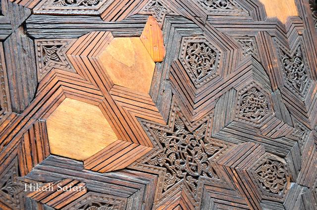 モロッコ、フェズのブーイナニアマドラサにあるヒマラヤ杉の扉