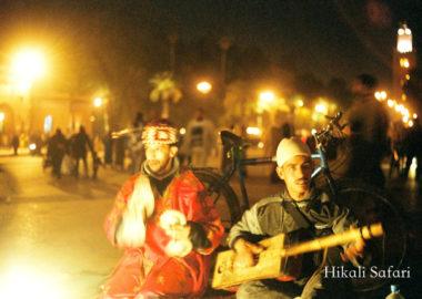 モロッコ、マラケシュのフナ広場での音楽鑑賞