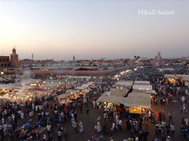 モロッコ、マラケシュの夕暮れ時のフナ広場