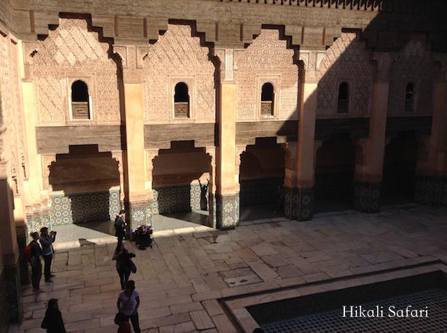 モロッコ、マラケシュのベンユーセフマドラサの中庭