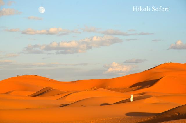モロッコ、サハラ砂漠のメルズーガの月の出